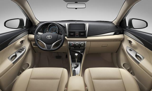 Bên trong Toyota Vios 2016 có bảng táp-lô màu đen Piano kết hợp vân hạt nhỏ và cụm đồng hồ với thiết kế dạng 3D chia làm 3 khu vực riêng biệt. Vòng đồng hồ trung tâm mạ viền crôm, tích hợp màn hình hiển thị đa thông tin giúp người lái dễ dàng quan sát thông tin.