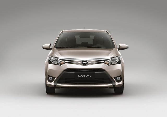 Ở phiên bản 2016, Toyota Vios được trang bị phần đầu xe mới với cụm hốc hút gió và lưới tản nhiệt hình thang đối xứng. Bên cạnh đó là đường dập nổi mạ crôm sắc cạnh vuốt dài từ biểu tượng logo Toyota đặc trưng tới cụm đèn trước dạng Halogen. Ngoài ra, xe còn được trang bị đèn sương mù bên dưới.