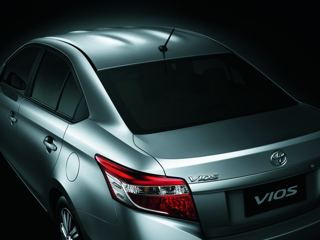 Tại Việt Nam, Toyota Vios 2016 có 4 tùy chọn màu sơn ngoại thất là trắng, bạc, đen và nâu vàng. Xe được chia thành 4 bản trang bị khác nhau là 1.5G, 1.5E CVT, 1.5E MT và Limo. Giá bán tương ứng của 4 bản trang bị này là 622 triệu, 588 triệu, 564 triệu và 532 triệu Đồng.