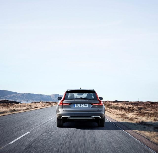 Theo kế hoạch, hãng Volvo sẽ bắt đầu sản xuất V90 Cross Country tại nhà máy Torslanda ở Thụy Điển vào mùa thu năm nay. Hiện giá bán của Volvo V90 Cross Country vẫn chưa được công bố.