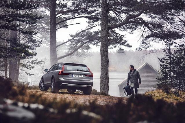 Volvo V90 Cross Country được phát triển và thử nghiệm ngay tại quê nhà Thụy Điển vốn có mùa đông rất khắc nghiệt. 77% địa hình của Thụy Điển là rừng và hồ nước, rất lý tưởng để thử nghiệm khả năng vận hành của một mẫu xe đa-zi-năng như Volvo V90 Cross Country.