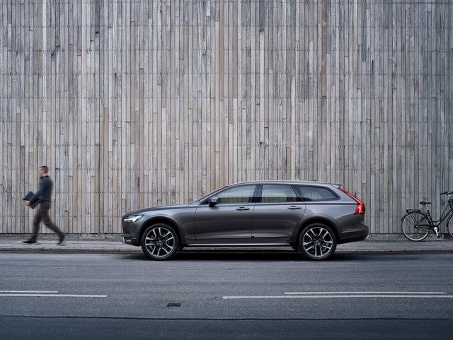 Thông tin về hệ dẫn động của Volvo V90 Cross Country cũng chưa được công bố. Dự đoán, mẫu xe này sẽ sử dụng động cơ D4, D5, T5 và T6 giống V90 thông thường. Các động cơ này có công suất tối đa dao động từ 190 - 320 mã lực.