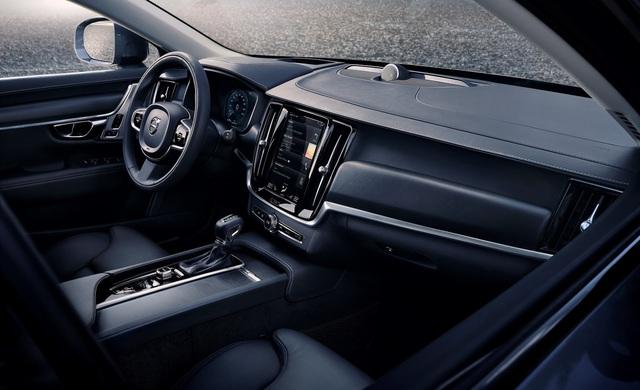 Không chỉ là mẫu xe có thể chạy trên mọi địa hình, Volvo V90 Cross Country còn có nội thất sang trọng với hàng loạt công nghệ kết nối và giải trí tương tự S90 cũng như V90. Trong đó, có cả hệ thống âm thanh Bowers & Wilkins cao cấp.