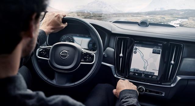 Hiện hãng Volvo chưa nói rõ những điểm khác biệt về trang biệt bị giữa V90 Cross Country và V90 thông thường. Nếu không khác biệt, Volvo V90 Cross Country cũng sẽ có những tính năng như hệ thống lái bán tự động Pilot Assist, màn hình cảm ứng 9 inch, định vị vệ tinh và màn hình màu TFT 12,3 inch trên cụm đồng hồ.