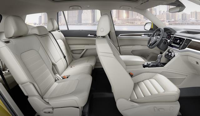 Về an toàn, Volkswagen Atlas 2018 có những tính năng như phanh sau va chạm tự động. Đây là mẫu xe đầu tiên có tính năng tương tự. Tiếp đến là hệ thống kiểm soát hành trình thích ứng, cảnh báo va chạm trực diện, phát hiện điểm mù, cảnh báo chuyển làn đường và phanh khẩn cấp tự động.