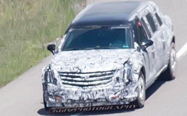 Chiếc limousine được cho là của tân Tổng thống Mỹ chạy trên đường thử. Ảnh: Fox News