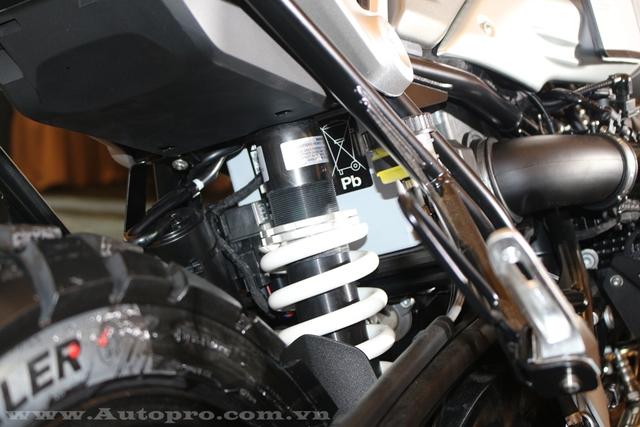 Hệ thống treo của BMW R NineT Scrambler bao gồm phuộc trước dạng truyền thống với phần đầu bọc cao su và gắp đơn Paralever đằng sau. Tại Việt Nam, BMW R NineT Scrambler 2016 sẽ cạnh tranh với Ducati Scrambler hiện cũng đang được phân phối chính hãng.