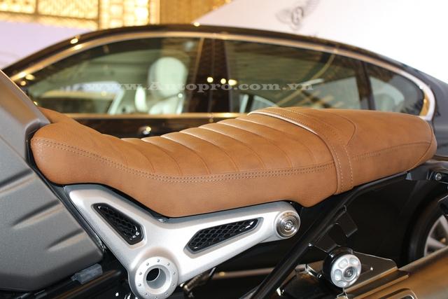 Điểm nhấn trên những chiếc BMW R nineT Scrambler 2016 là phần yên bọc da màu nâu nhạt. Lớp đệm yên của BMW R NineT Scrambler đã được gọt bớt so với R NineT tiêu chuẩn. Tuy nhiên, chiều cao yên của BMW R NineT Scrambler lại tăng lên 820 mm thay vì 785 mm như R NineT tiêu chuẩn.