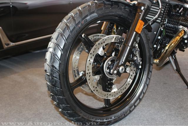 Lực hãm của BMW R NineT Scrambler bắt nguồn từ phanh đĩa đôi 320 mm trước và đơn 265 mm sau có tích hợp hệ thống chống bó cứng phanh ABS tiêu chuẩn.