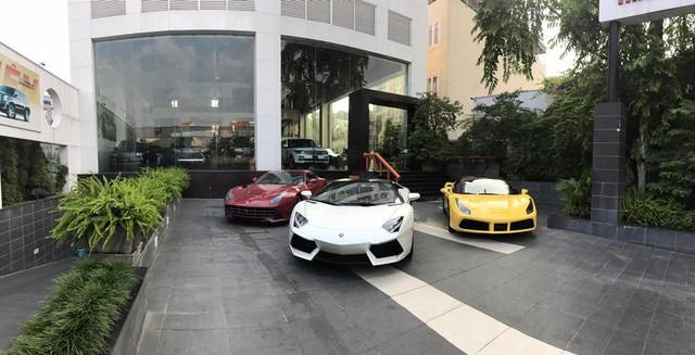 Lamborghini Aventador LP700-4 mui trần đứng giữa, hai bên là siêu xe Ferrari 488 GTB vàng và F12 Berlinetta đỏ khiến nhiều người xem ngỡ mình lạc vào thiên đường siêu xe của Dubai. Ảnh: