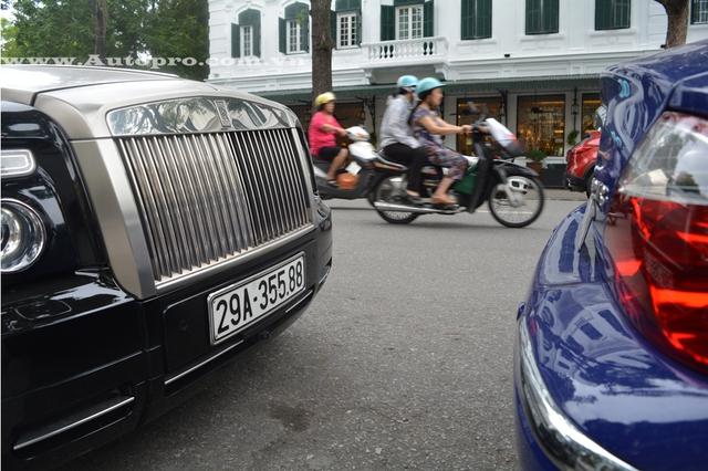 Rolls-Royce Phantom Coupe sử dụng động cơ V12, dung tích 6,75 lít, sản sinh công suất tối đa 453 mã lực. Xe tăng tốc từ vị trí xuất phát lên 100 km/h trong vòng 5,6 giây, tương tự người anh em mui trần Rolls-Royce Phantom Drophead Coupe.
