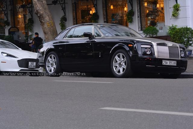 Ngoài ra, chiếc Rolls-Royce Phantom Coupe và Aston Martin Rapide S của nhà tiểu thư 9X Hà thành còn đeo biển số gần giống nhau.
