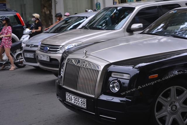 Chiếc Rolls-Royce Phantom Coupe độc nhất vô nhị tại Việt Nam có ngoại thất đen bóng với điểm nhấn là lưới tản nhiệt và nắp capô sơn màu bạc.