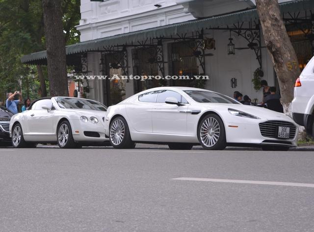 Aston Martin Rapide S với ngoại thất trắng muốt là chiếc thứ 2 được đưa về nước và thuộc sở hữu của tiểu thư 9X Hà thành. Ngoài ra, còn có một chiếc khác cũng mang ngoại thất trắng được cho định cư tại Ninh Bình. Chiếc Aston Martin Rapide S thứ 3 thuộc sở hữu của tay chơi Nghệ An.