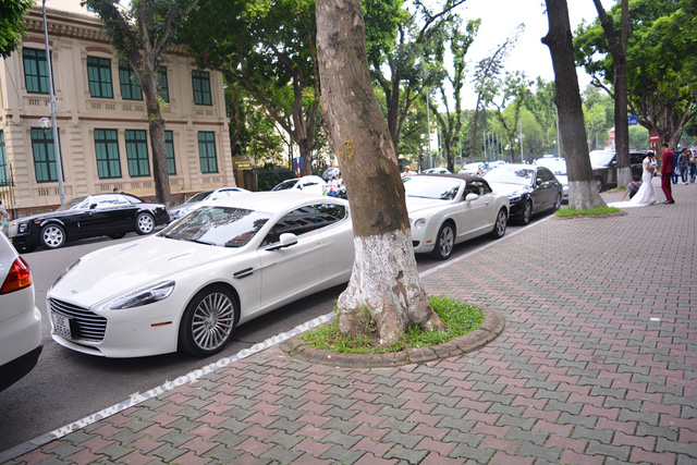 Đến nay, nhiều người còn choáng khi biết trong garage của nhà cô tiểu thư này, ngoài chiếc coupe 4 cửa màu trắng muốt, còn có một chiếc xe khác thuộc diện độc nhất vô nhị tại Việt Nam, đó là Rolls-Royce Phantom Coupe.