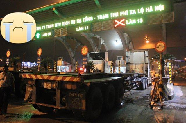 Tài xế container bị nhiều người dân chặn đầu tại trạm thu phí xa lộ Hà Nội.