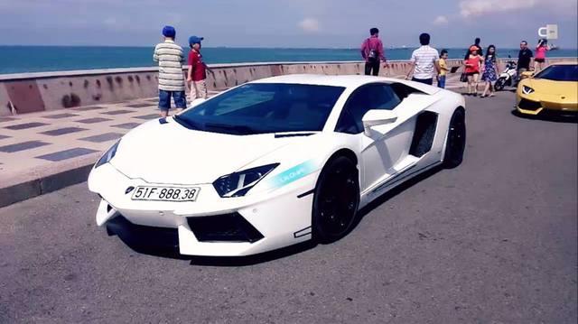 Cặp đôi Lamborghini Aventador trắng và vàng