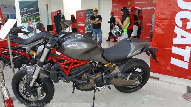 Một chiếc Ducati Monster trong khu vực trưng bày thu hút nhiều sự chú ý bởi bộ áo độc đáo màu titan.