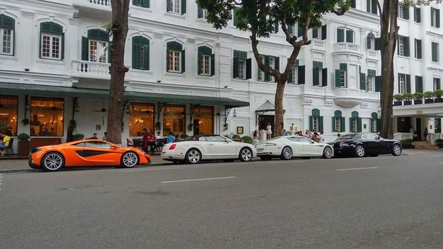 Sự xuất hiện của dàn siêu xe và xe siêu sang trước khách sạn mang phong cách kiến trúc cổ kính của Pháp nằm trên đường Ngô Quyền khiến nhiều người đi qua không khỏi bị choáng ngợp. Trong đoàn xe có sự xuất hiện của nhiều cái tên như Rolls-Royce Phantom Coupe, Aston Martin Rapide S của tiểu thư 9X Hà thành, Bentley Continental GTC và siêu xe McLaren 570S màu cam độc nhất Việt Nam. Ảnh: Khánh Hòa