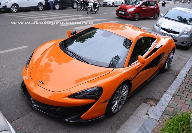 McLaren 570S sử dụng động cơ V8, tăng táp kép, dung tích 3,8 lít, sản sinh công suất tối đa 562 mã lực và mô-men xoắn cực đại 600 Nm. So với đàn anh 650S, 570S thua kém đến 71 mã lực, tuy nhiên thời gian tăng tốc từ 0-100 km/h cũng khá ấn tượng vào khoảng 3,2 giây, chậm hơn 0,2 giây và cùng đạt vận tốc tối đa 328 km/h. Hộp số 7 cấp SSG.