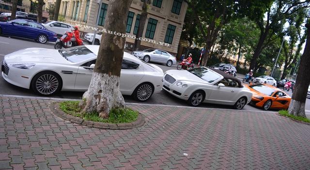 Aston Martin Rapide S xuất hiện trên phố Hà thành vào chiều cuối tuần qua tại Hà Nội là chiếc thứ 2 được đưa về nước. So với thế hệ đầu tiên, Rapide S có nhiều nâng cấp đáng kể ở ngoại thất cũng như khối động cơ V12 mạnh mẽ. Ngoài Rapide S, còn có một chiếc xe thể thao siêu sang khác là Bentley Continental GTC cũng có bộ áo trắng muốt.
