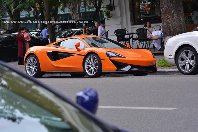 Chiếc McLaren 570S thứ 2 sở hữu ngoại thất cam nổi bật khác với chiếc đầu tiên thuộc sở hữu của doanh nhân Nguyễn Quốc Cường có màu bạc.