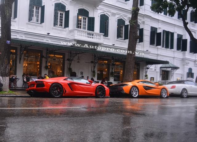 Dàn siêu xe và xe siêu sang tắm mưa trên phố Hà thành. Lamborghini Aventador LP700-4 Roadster sử dụng động cơ V12, dung tích 6,5 lít, sản sinh công suất tối đa 700 mã lực và mô-men xoắn cực đại 690 Nm. Sức mạnh được truyền tới cả bốn bánh thông qua hộp số tự động 7 cấp ISR. Nhờ đó, xe có thể tăng tốc từ 0-100 km/h trong 2,9 giây trước khi đạt vận tốc tối đa 349 km/h.