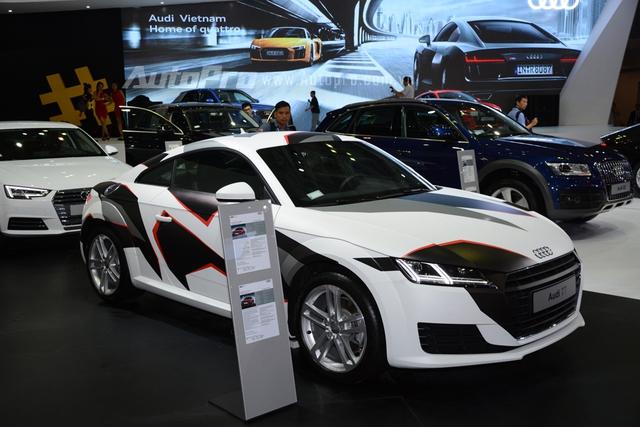 Audi TT trở nên cuốn hút qua bộ áo cá tính 3 màu, trắng, đen và đỏ.