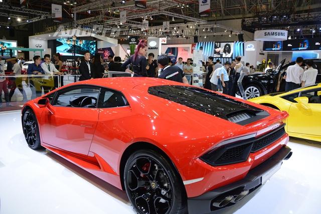 Lamborghini Huracan LP580-2 có giá bán sau ngày 1/7 gần 20 tỷ Đồng, trong khi đó, tại thị trường nước ngoài, cụ thể là Châu Âu, siêu xe này có giá khi ra mắt 3,7 tỷ Đồng.