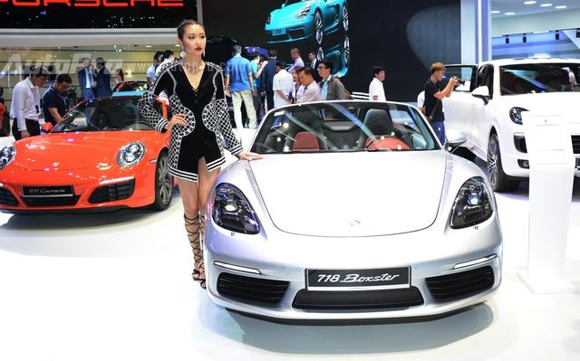 Porsche nổi bật với mẫu xe thể thao mui trần 718 Boxster, ngoài ra, hãng xe đến từ Đức cũng mang đến nhiều phiên bản của chiếc 911 thế hệ mới cho khách tham quan chiêm ngưỡng.
