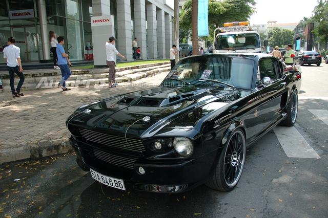 Chốt đoàn xe siêu sang và xe độ là chiếc Ford Mustang đời 1967 được độ lại theo phong cách mẫu xe Ford Mustang Shelby GT500 Eleanor khá nổi tiếng khi xuất hiện trong bộ phim Gone in 60 Seconds.