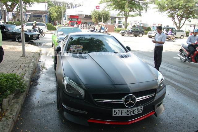 Xếp sau chiếc Bentley Continental Flying Spur Speed là một mẫu xe thể thao mui trần thuộc diện hàng hiếm tại Việt Nam, Mercedes-Benz SL350 đời 2014. Mẫu xe thể thao mui trần 5,53 tỷ Đồng này còn được trang bị bộ body kit thân rộng lạ mắt, cùng chiếc biển số mà nhiều tay chơi xe săn lùng ngũ quý 6.