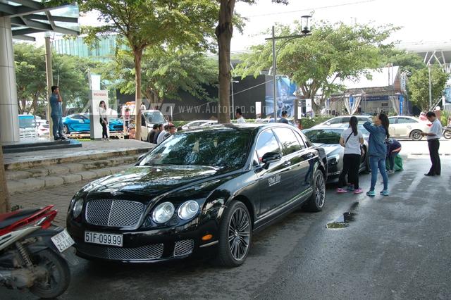 Ngoài khu vực triển lãm, một đoàn xe siêu sang và xe độ xếp thành hàng dài gây chú ý nhiều người. Trong đó dẫn đầu đoàn là chiếc Bentley Continental Flying Spur Speed với chiếc biển số tứ quý 9.