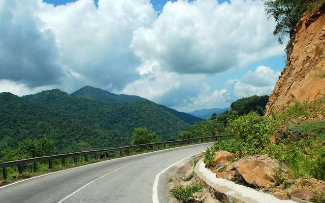Đèo Bảo Lộc với chiều dài 10km và có đến trên 80 khúc cua liên tục rất nguy hiểm.