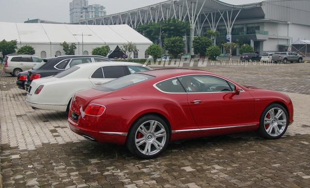 Đoàn xe Bentley gồm 4 chiếc xếp hàng dài trước bãi đỗ xe tại trung tâm hội chợ và triển lãm Sài Gòn SECC.