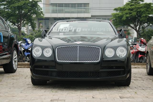 Cũng có bộ áo đen bóng tương tự chiếc SUV siêu sang Bentley Bentayga là mẫu sedan siêu sang Flying Spur V8.