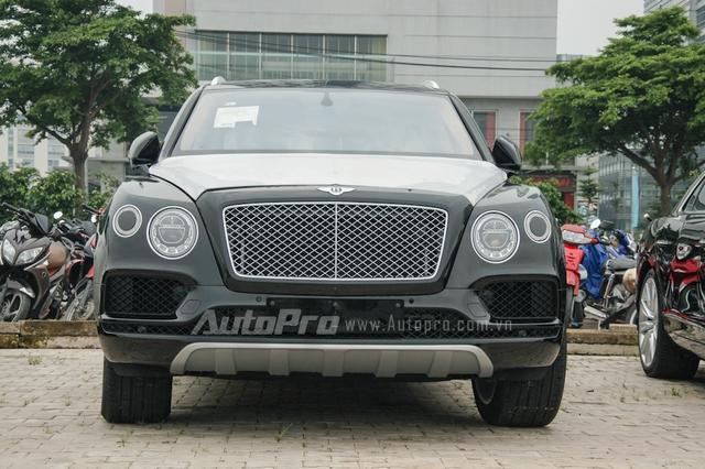Ngoài Bentley Mulsanne Speed, chiếc SUV siêu sang Bentayga cũng đang gây nhiều sự chú ý trong giới chơi xe Việt, đây là chiếc thứ 2 thuộc diện phân phối chính hãng và là chiếc thứ 4 xuất hiện tại thị trường Việt Nam. Bentley Bentayga đầu tiên nhập khẩu chính hãng có ngoại thất màu vàng cát và thuộc sở hữu của một đại gia Ninh Bình.