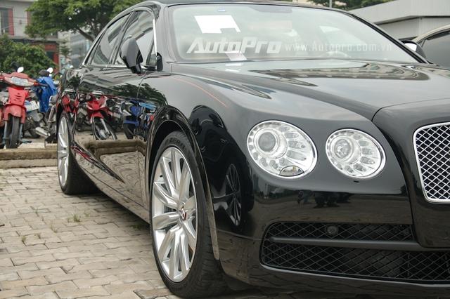 Bentley Flying Spur V8 sử dụng động cơ tăng áp kép, dung tích 4.0 lít, sản sinh công suất tối đa 500 mã lực tại vòng tua máy 6.000 vòng/phút và mô-men xoắn cực đại 660 Nm. Sức mạnh được truyền tới bánh thông qua hộp số tự động ZF 8 cấp. Xe mất khoảng 5 giây để tăng tốc lên 100 km/h từ vị trí xuất phát, trước khi đạt tốc độ tối đa 294 km/h.