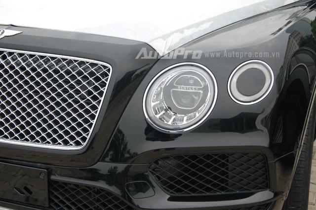 Đôi mắt của Bentayga tương tự những dòng xe Bentley khác, trong đó điểm nhấn là phần giữa của đèn pha ngoài cùng được tích hợp thêm hệ thống rửa chóa đèn pha tự động khá thông minh. Hệ thống này có thể hoạt động ngay cả khi xe đang chạy, trong đó, vòi phun bọt và nước rửa sẽ tự động bật ra từ phần giữa của đèn pha ngoài cùng, giúp loại bỏ bụi bẩn và bùn đất bám trên chóa đèn pha của Bentley Bentayga.