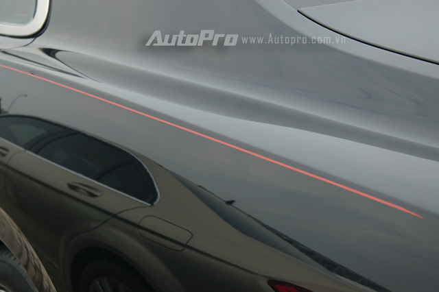 Chiếc Bentley Flying Spur V8 này còn có đường chỉ đỏ ở hai bên hông xe khá nổi bất. Tại thời điểm luật thuế tiêu thụ đặc biệt mới chưa được áp dụng, mẫu xe siêu sang này có giá bán 11,2 tỷ Đồng, trong đó, sau ngày 1/7 xe có mức giá bán được cho khoảng 14,6 tỷ Đồng.