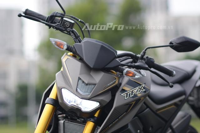 Yamaha TFX 150 gây ấn tượng mạnh với cặp đen pha LED có thiết kế sắc cạnh tương tự những mẫu xe phân khối lớn. Ngoài ra, phía trên đôi mắt này Yamaha còn trang bị thần nhãn giúp việc lưu thông trong các con đường đêm trở nên dễ dàng hơn.