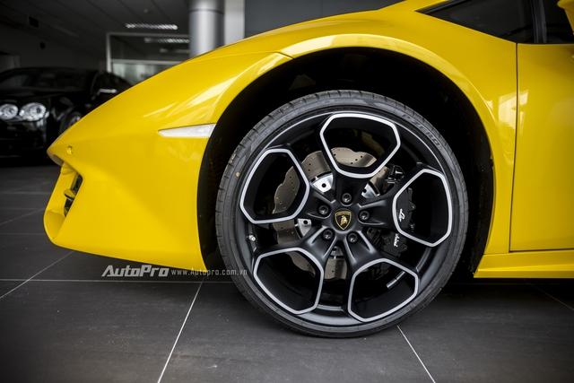 Không giống như chiếc Lamborghini Huracan LP580-2 màu đỏ từng được nhập về, chiếc xe màu vàng này có vành la-zăng kích thước 19 khá lạ mắt.