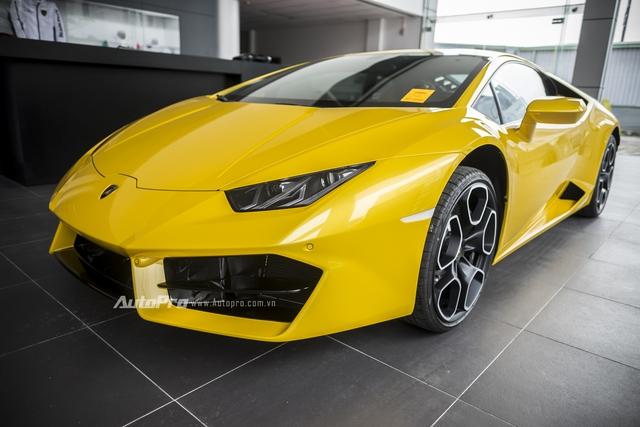 Vào ngày 11/10/2016, thêm một chiếc Lamborghini Huracan LP580-2 màu vàng óng lại tiếp tục được cập bến Việt Nam.