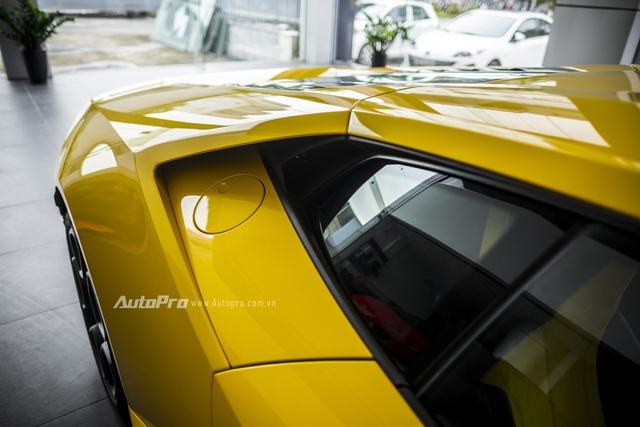 Vị trí đặt nắp bình xăng trên Lamborghini Huracan LP580-2.