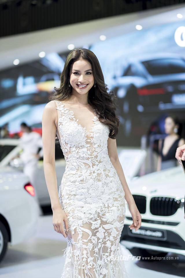 Hoa hậu Hoàn vũ Phạm Hương tại gian hàng của BMW.