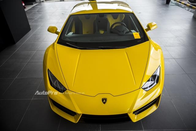 Có thể dễ dàng nhận thấy chiếc xe Lamborghini Huracan LP580-2 này sở hữu không gian nội thất màu vàng-đen rất ton-sur-ton với phần sơn ngoại thất.