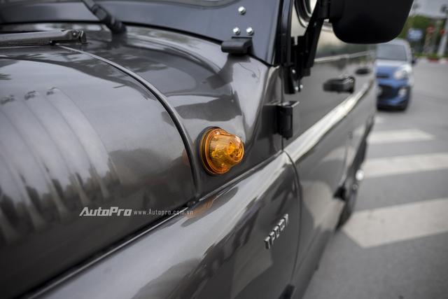 Uaz Hunter vẫn giữ thiết kế xi nhan kiểu cổ bên hông xe.