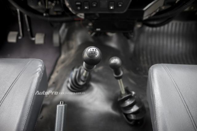 Xe được trang bị hộp số sàn 5 cấp cùng hệ thống dẫn động 4x4.