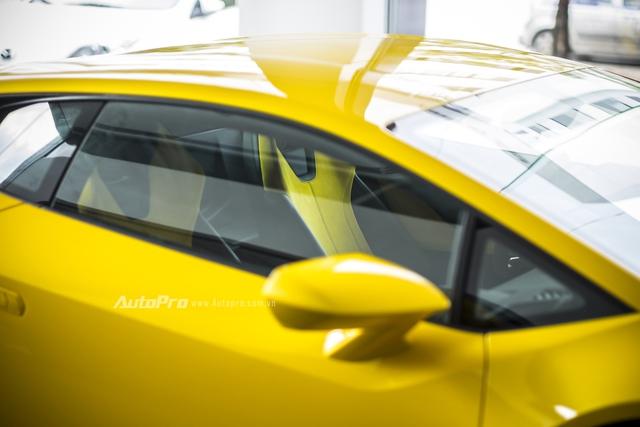 Nội thất da màu vàng-đen bên trong Lamborghini Huracan LP580-2.