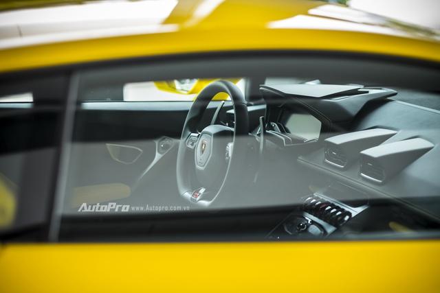 Vô-lăng thể thao đặc trưng với lẫy chuyển chế độ lái Strada, Sport và Corsa.